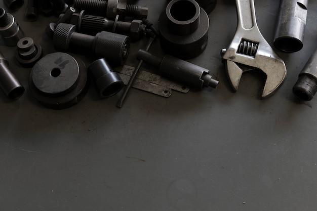 Старые инструменты на фоне стола механика