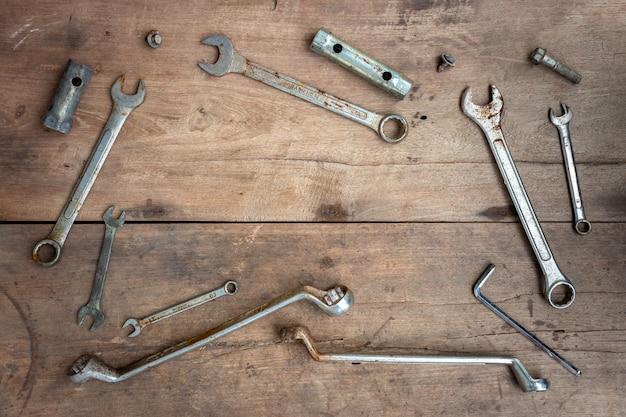 Старые инструменты на фоне деревянного пола