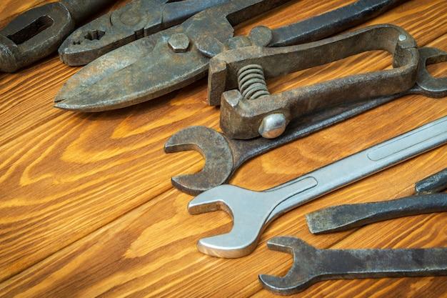 Старые инструменты сложены перед работой на старинные деревянные пространства