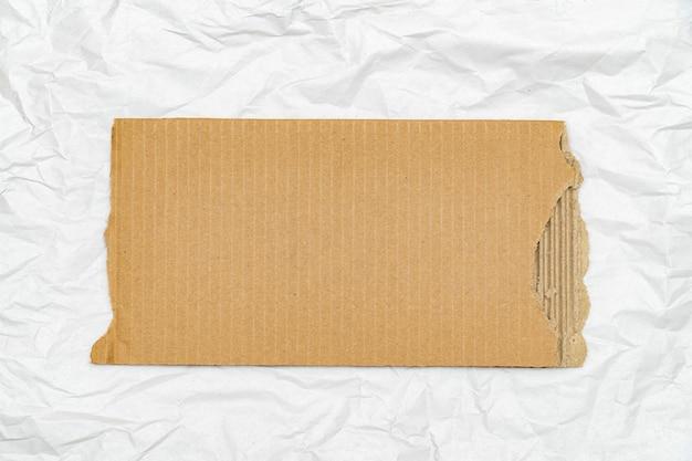 복사 공간이 있는 종이 시트 배경에 오래된 찢어진 판지 조각