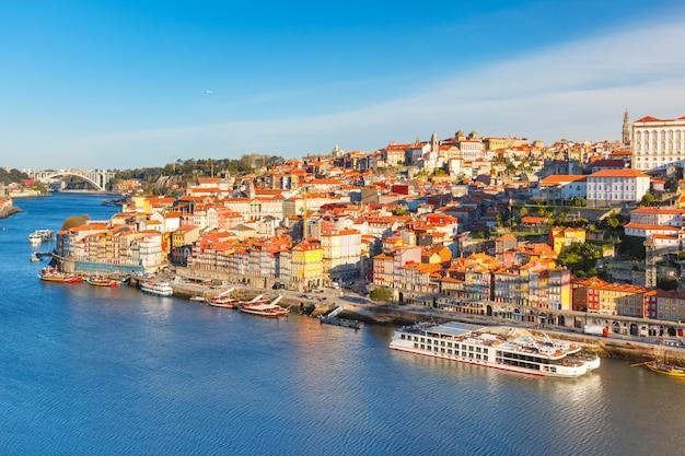 Старый городок и река дору в порту, португалии.