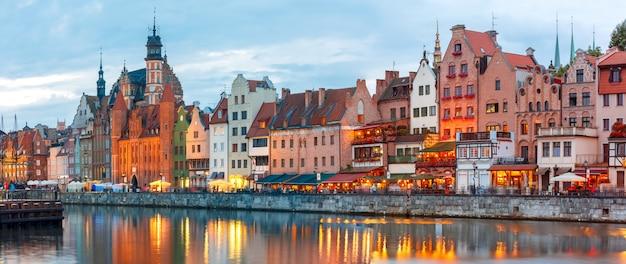 Старый город и река мотлава в гданьске, польша