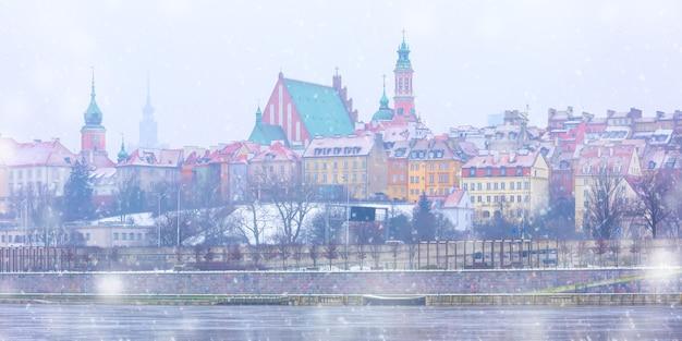 ポーランド、ワルシャワの夜の旧市街とヴィスワ川。