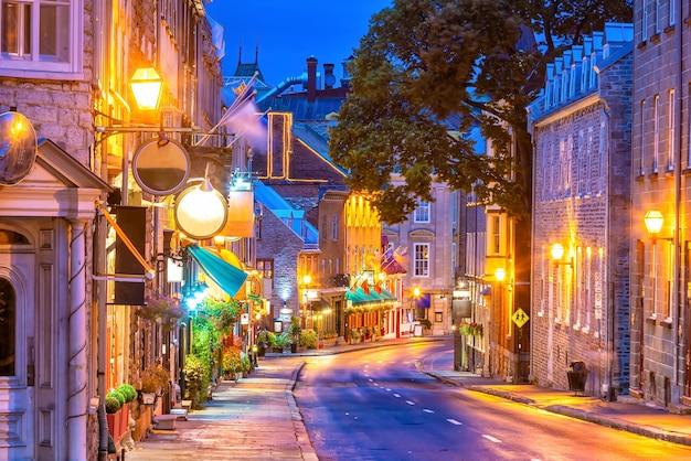 Старый город в городе квебек, канада в сумерках Premium Фотографии