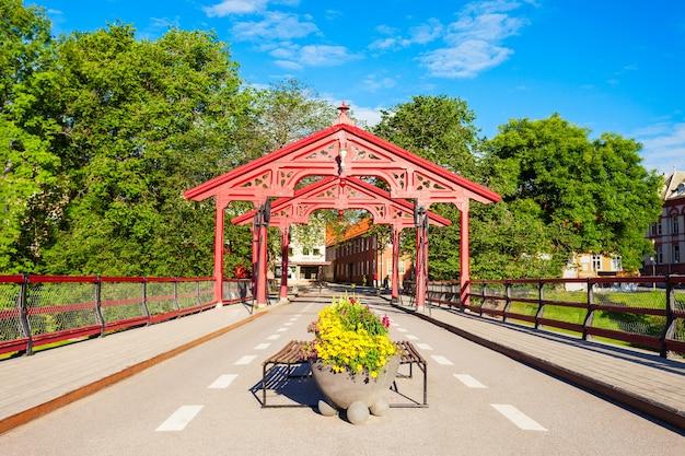 Old town bridge 또는 gamle bybro 또는 bybroa는 노르웨이 트론헤임의 nidelva 강을 건너는 다리입니다.