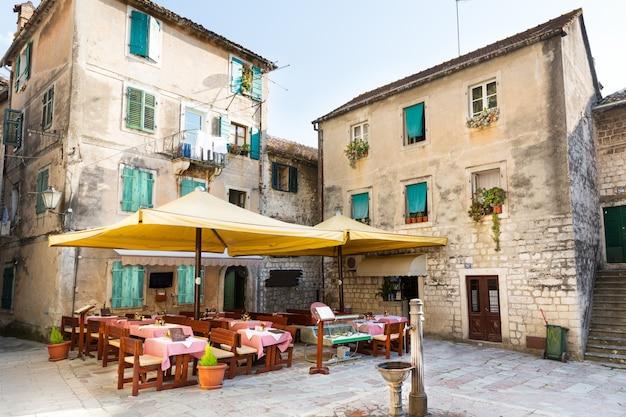 Кафе старого города на улице котор, черногория, европа.
