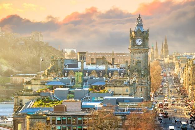 Старый город эдинбурга и эдинбургский замок ночью, шотландия, великобритания