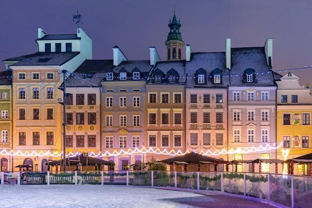 朝、ポーランド、ワルシャワの旧市街のマーケットプレイス。