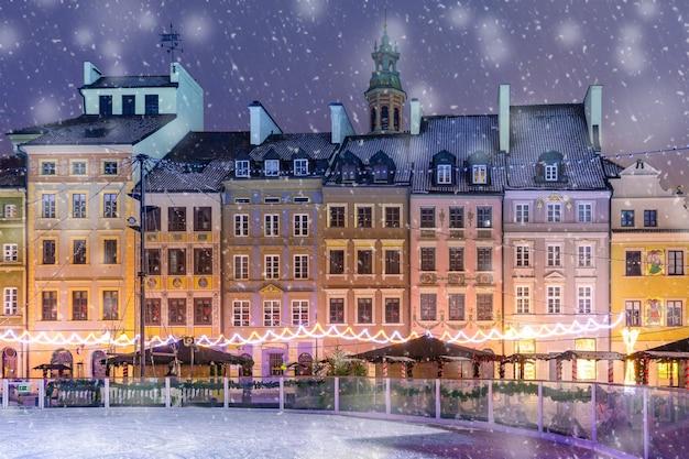 朝の旧市街マーケットプレイス、ワルシャワ、ポーランド。