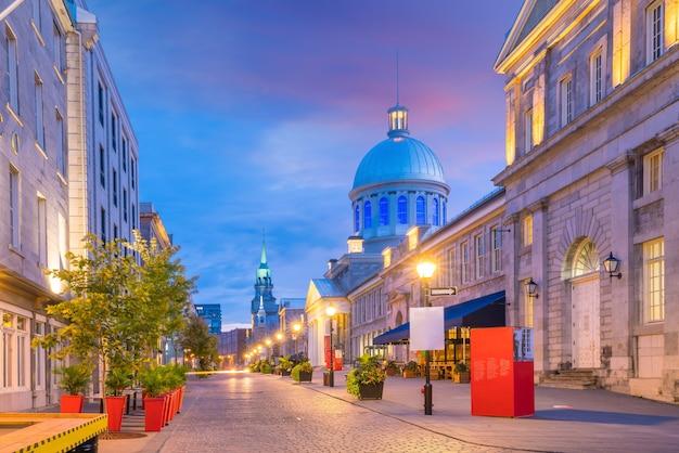 Старый город монреаля на известных мощеных улицах в сумерках в канаде