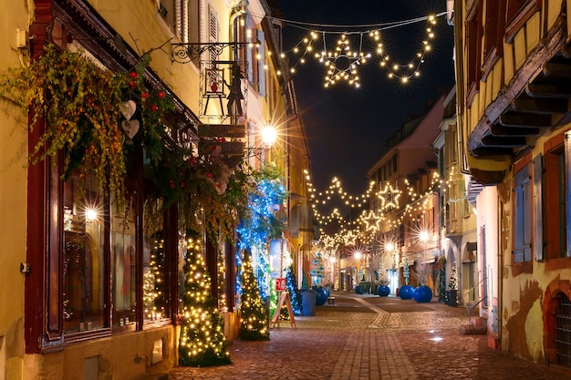 Старый город кольмар, украшенный и освещенный на рождество, эльзас, франция