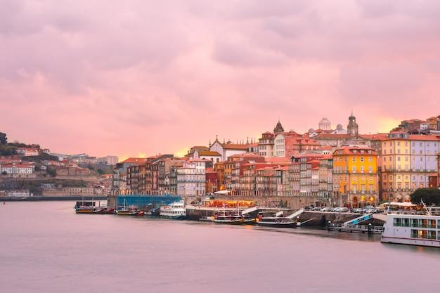 Старый городок порту на заходе солнца, португалии.