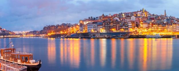 Старый город порту во время синего часа, португалия