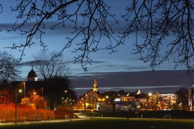 夜に市庁舎があるポズナンの旧市街