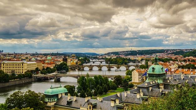 プラハの旧市街。スカイラインに聖ヴィート大聖堂があるヴルタヴァ川の上のチェコ共和国。プラハのパノラマの風景の眺め。