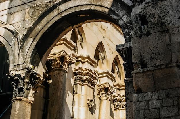 スプリットの旧市街、観光客や宗教的な建物でいっぱいの通りがある中世の街。
