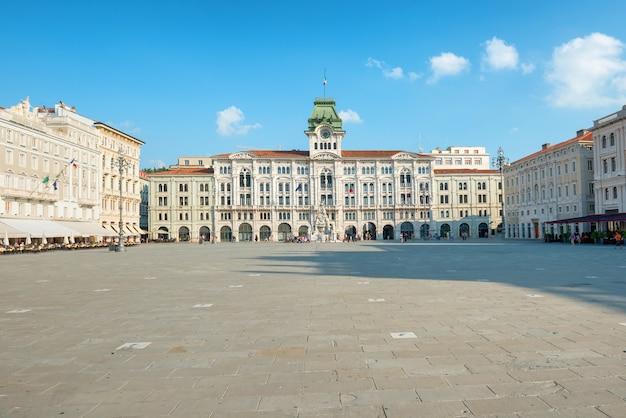 ヨーロッパの都市の旧市街広場。イタリア、トリステ