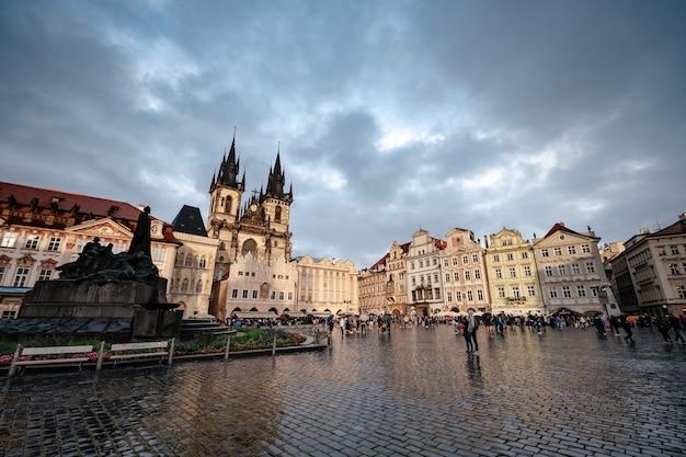 プラハのチェコの都市の中心部にある旧市街広場