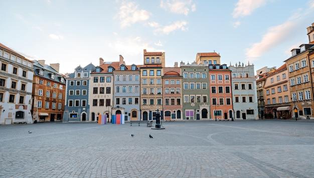 春の日にワルシャワの旧市街広場。空の通り、人なし