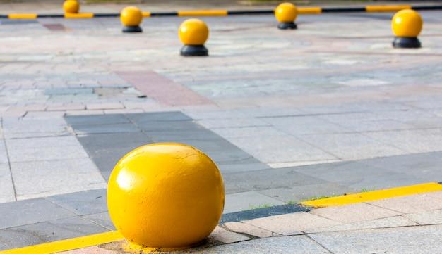 구시가지 거리의 벽돌 배경과 노란색 화강암 공.