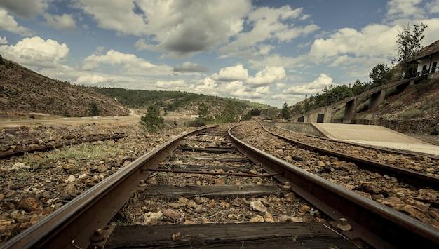 Старые следы горного поезда между горами на станции зарандас