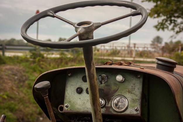 Рулевое колесо старого трактора в сельском конкурсе