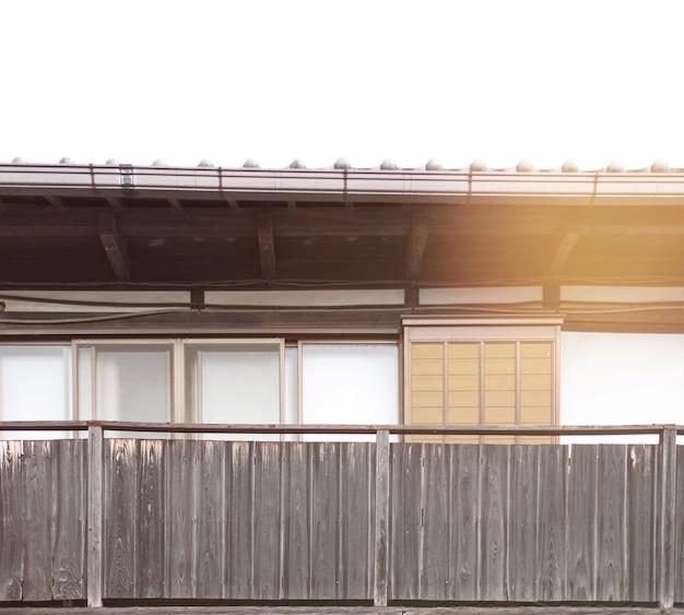 Vecchio edificio tradizionale asiatico con il sole giaceva