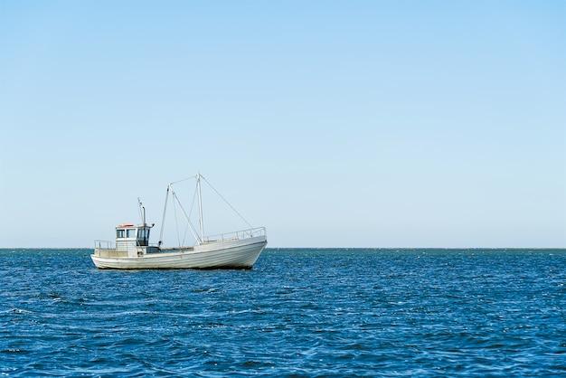 발트 해 또는 스칸디나비아 국가에 대 한 오래 된 전통 바다에서 빈티지 낚시 보트입니다. 미니멀 샷.