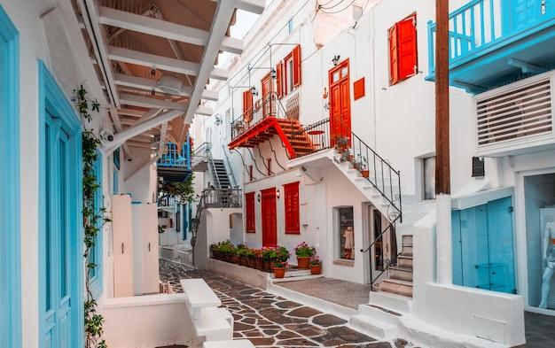 다채로운 주택 그리스와 미코노스의 오래 된 전통적인 그리스 거리