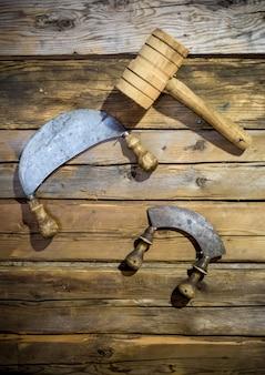 古い伝統的なナイフと壁に掛かっている木製のハンマー