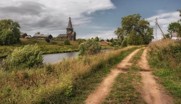 Старая традиционная северная церковь ильи пророка в русском селе саминский погост, вологодская область, россия