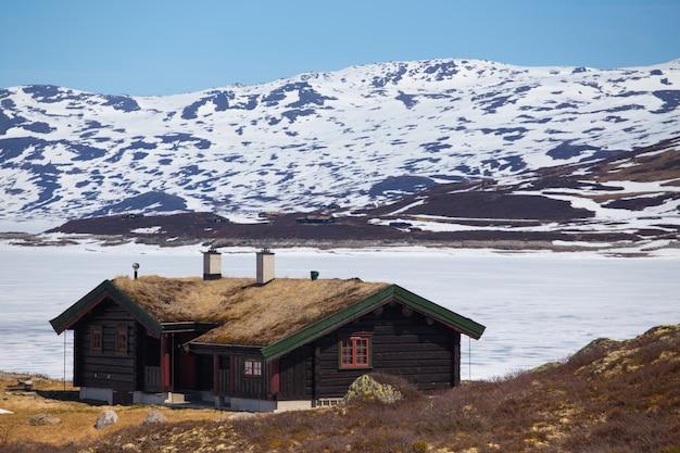 Старый традиционный норвежский деревянный дом в tyin и горы на заднем плане, norwayn