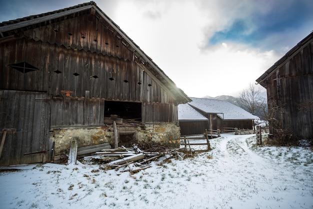 オーストリア アルプスの古い伝統的な木造農場