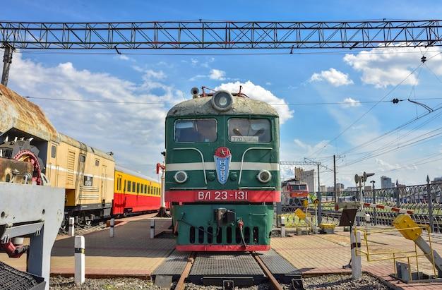 Старый поезд в музее поездов, зеленый старый поезд на станции