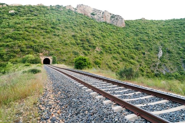 山の中の鉄道と古い列車のトンネル