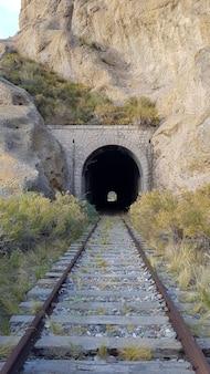 Старый железнодорожный туннель с железной дорогой в горах