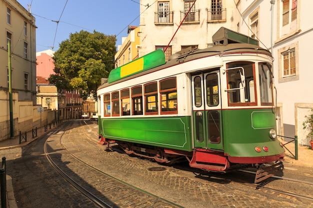 화창한 날에 좁은 유럽 거리에 오래 된 전차
