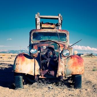 砂漠に出た古いトラック