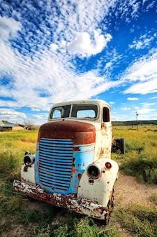 アメリカの牧草地にある古いトラック