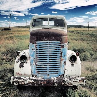 牧草地に出ている古いトラック