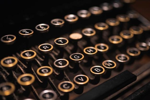 Старая пишущая машинка на деревянном столе