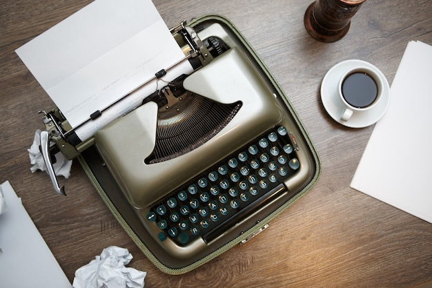 Старая печатная машинка, бумага, кофе
