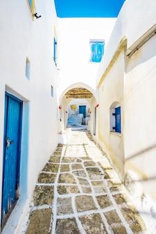 Lefkes에서 오래 된 전형적인 그리스 레인