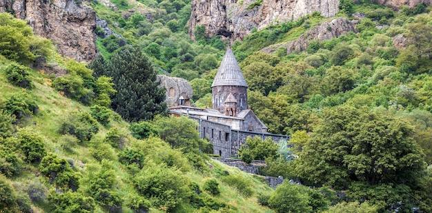 古いユネスコのオブジェクトゲガルド修道院-アルメニアの夏の日。アルメニアを探索する
