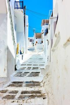 미코노스의 오래된 오르막 거리 - 그리스 코라 타운