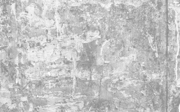 引き裂かれたポスターとステッカーが付いている古い都市通りの看板。グランジの古い壁に薄い灰色の破れたポスター