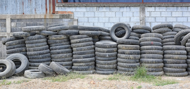 Old used tires stacked with high piles Premium Photo