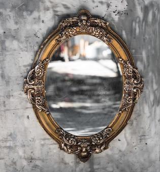 거울이 있는 오래된 빅토리아 시대 도금 장식 프레임