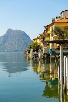 ガンドリアの古い村と山のあるアルパイン湖ルガーノ