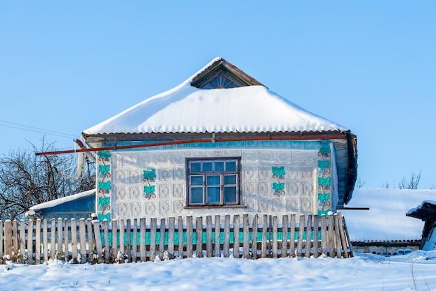 화창한 날씨에 겨울에 오래 된 마을 집입니다. 겨울의 마을